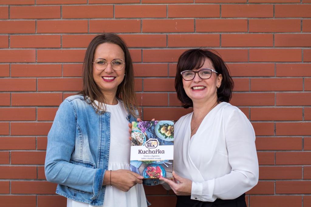Lenka Vlasáková a Kateřina Gazdačko s jejich novou kuchařkou