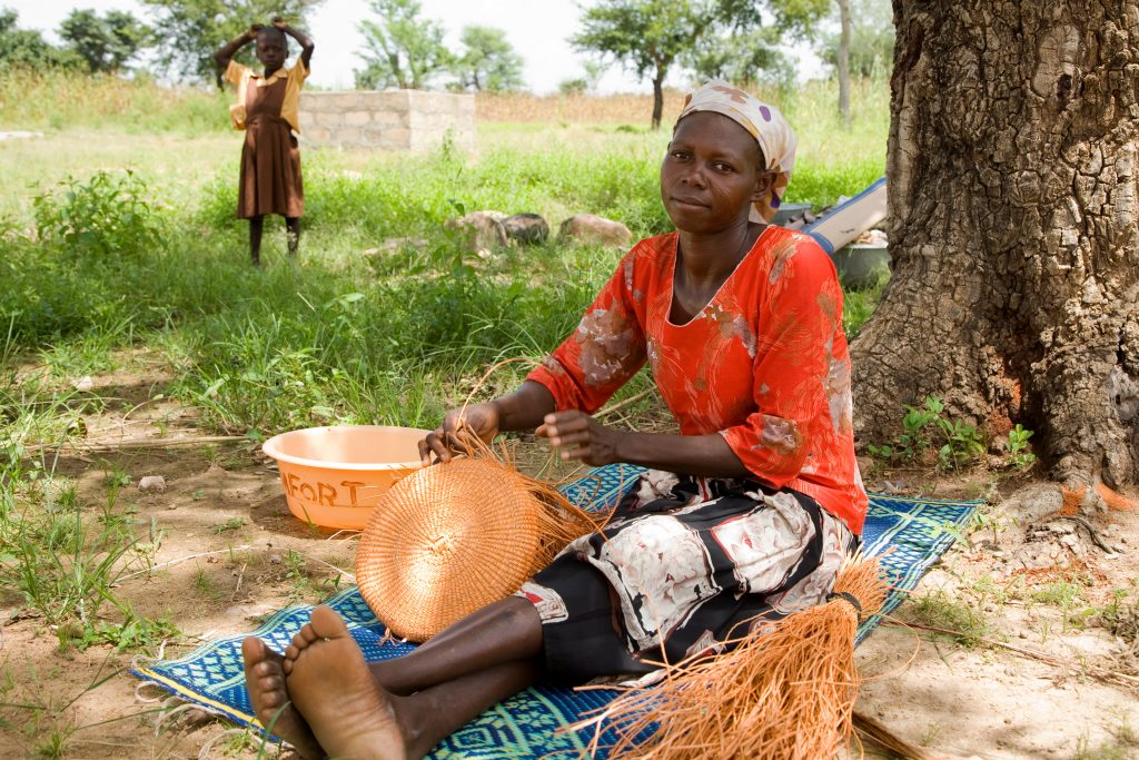 Uplést jeden bolga koš v Ghaně trvá několik dní. Foto Jacob Crawfurd.